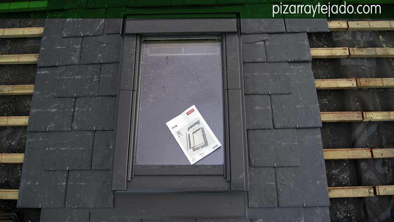 Montaje de ventana en el tejado de una casa con tejado de - Tejado de pizarra ...