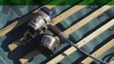 Colocación de pizarra sobre rastreles de madera.