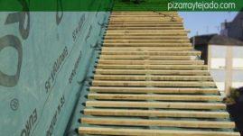 Colocación de rastrel de madera en tejado de pizarra.